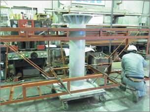 工場にて看板の製作