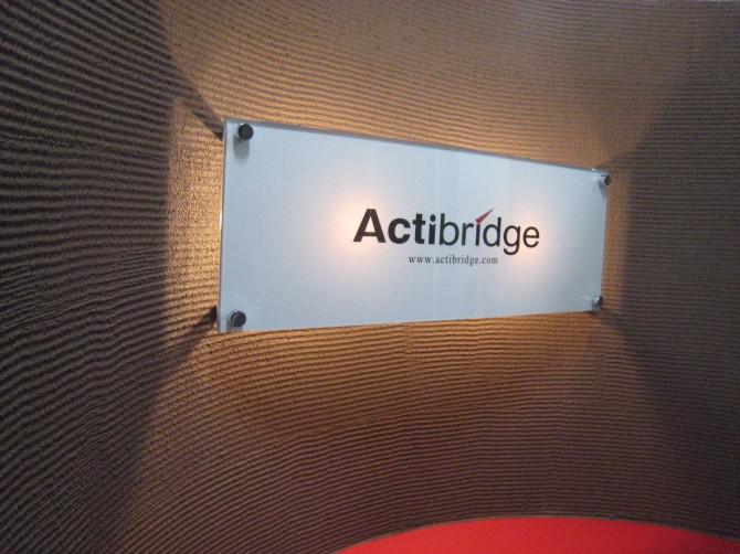 Actibridge エントランス壁面サインUP