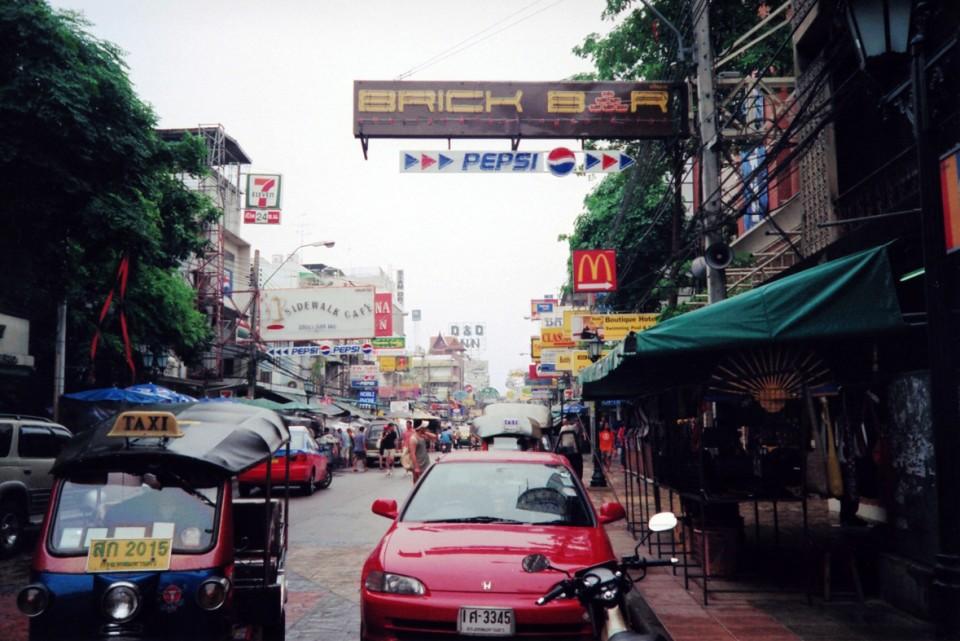 タイ・バンコク「カオサン通り」の屋外広告物