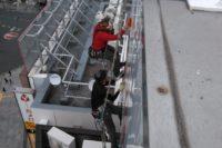 屋上広告塔のシート貼り