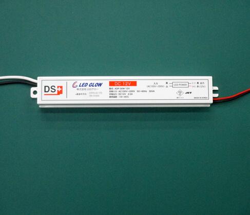 DC12Vのスイッチング電源。写真の製品は防水仕様で、看板の内部に収めて使用することができます。