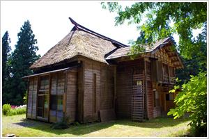 緑に囲まれた木造家屋の写真